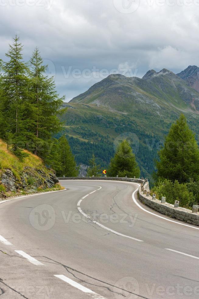 estrada virar nas montanhas foto