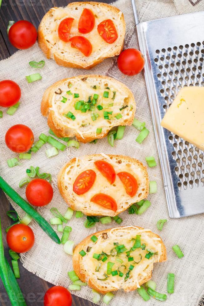 bruschetta com tomate cereja e cebolinha foto