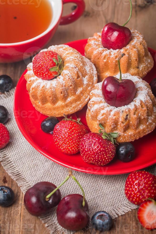 bolos caseiros com frutas frescas foto