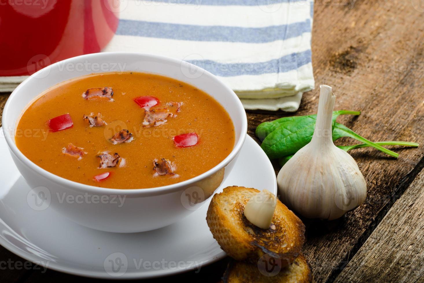 sopa de goulash com torradas de alho crocantes foto