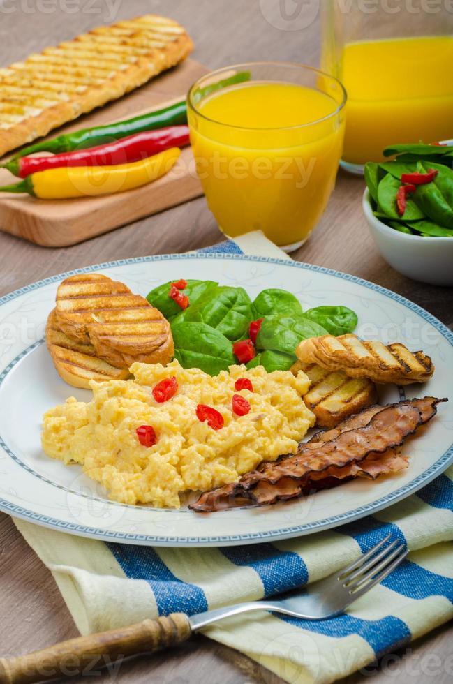 ovos mexidos com torradas e salada fresca foto