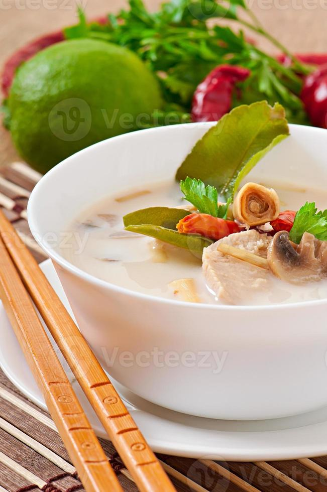 sopa tailandesa com frango e cogumelos foto