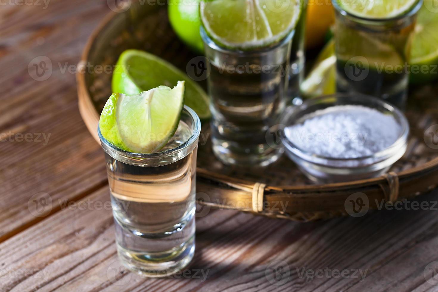 tequila dourada com sal e limão foto