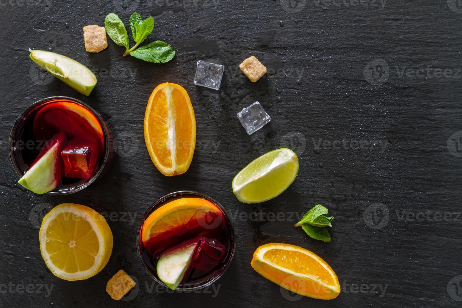 ingredientes da sangria - fatias de laranja, limão e limão, vinho foto