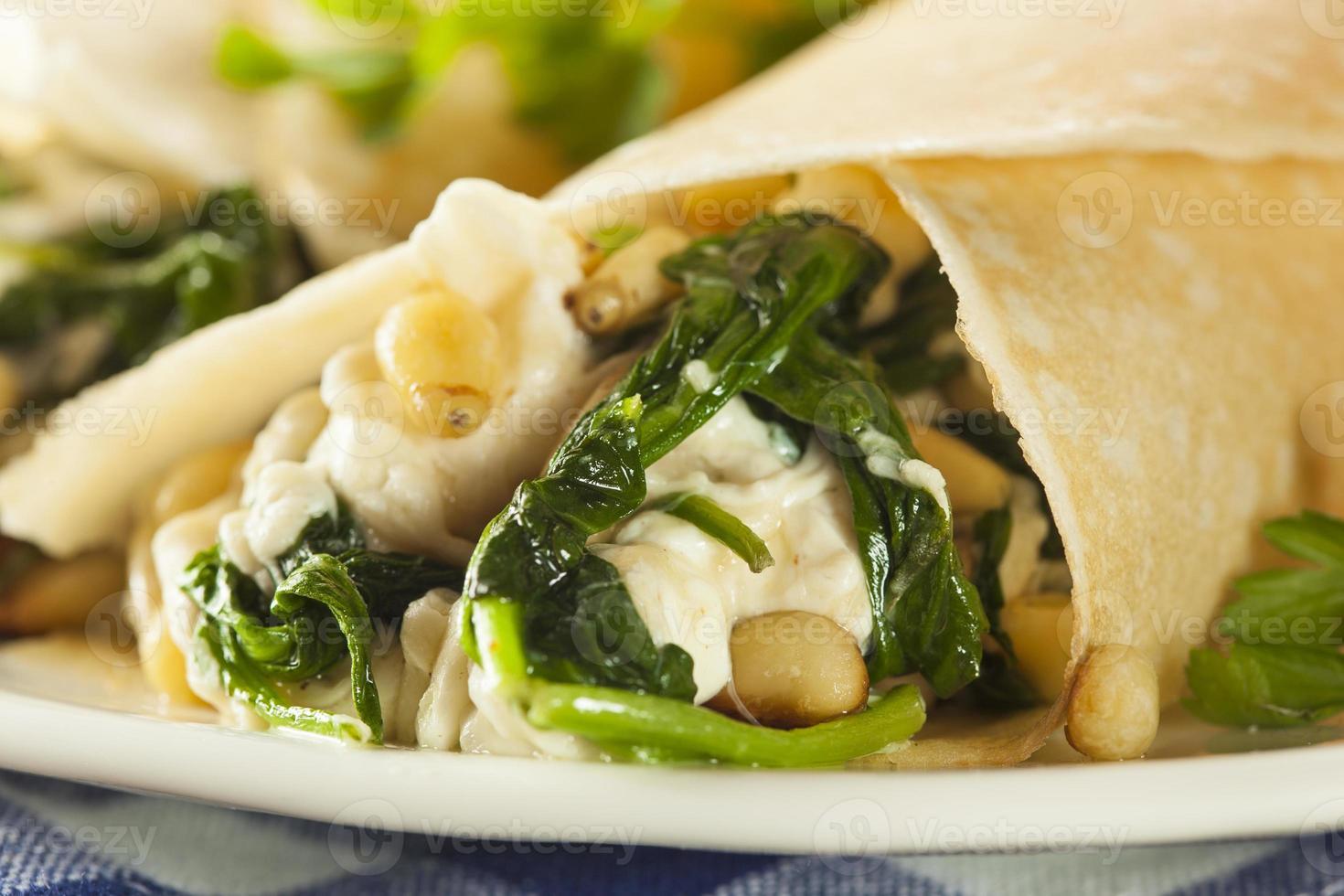 deliciosos espinafres caseiros e crepes franceses salgados feta foto
