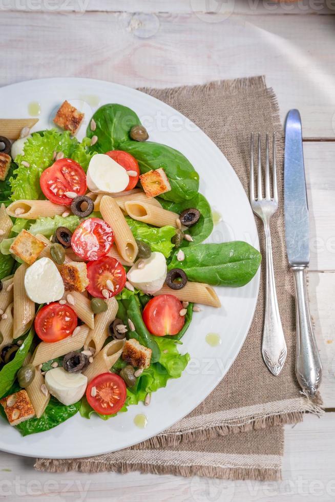 salada com macarrão e legumes foto