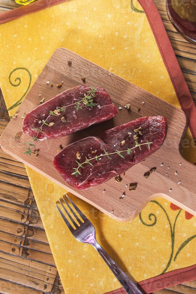 lombo de carne crua com especiarias foto