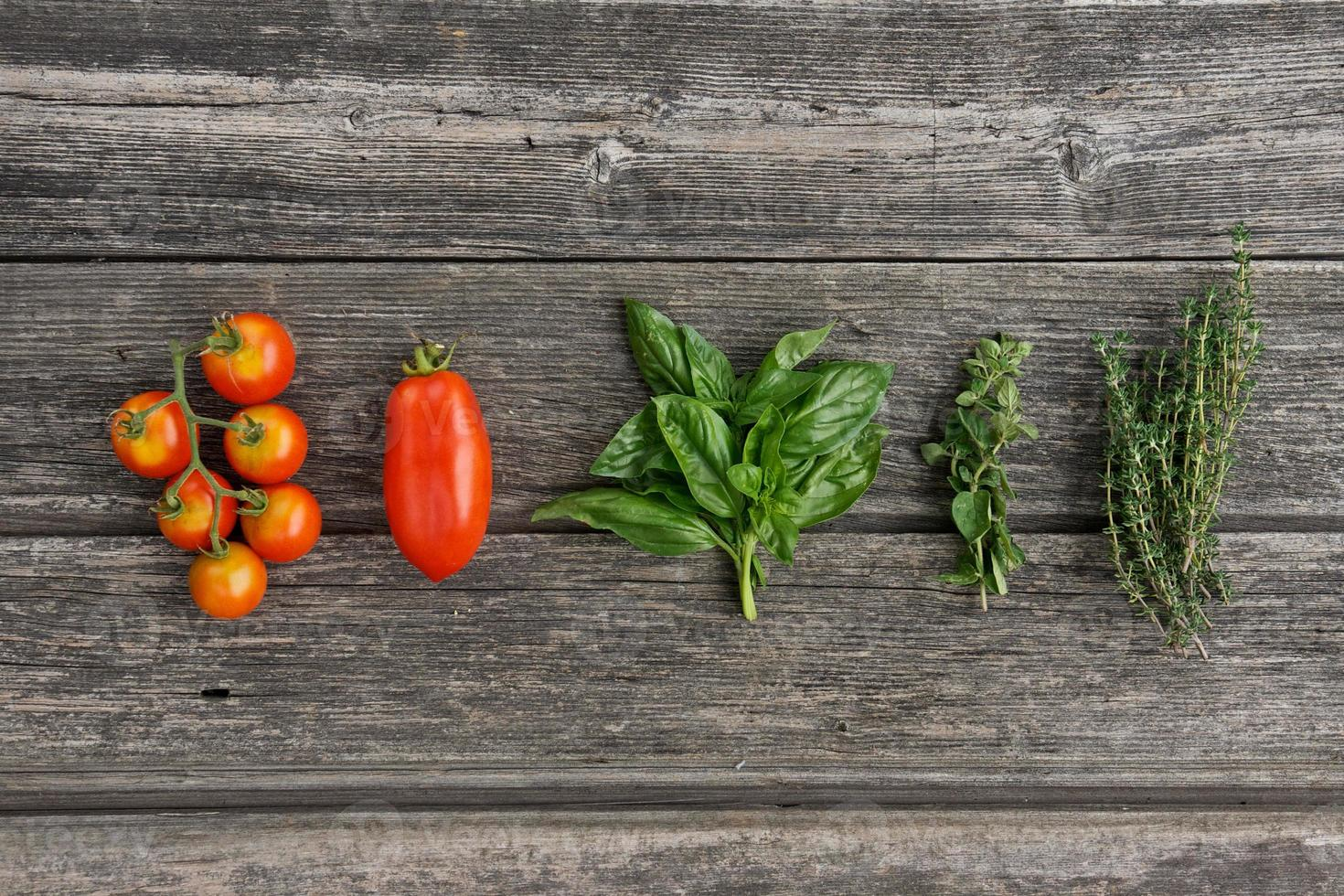 ervas e legumes na placa de madeira foto