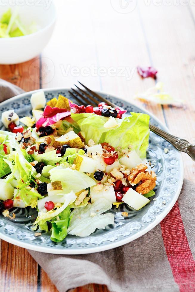 salada de frutas frescas com alface foto