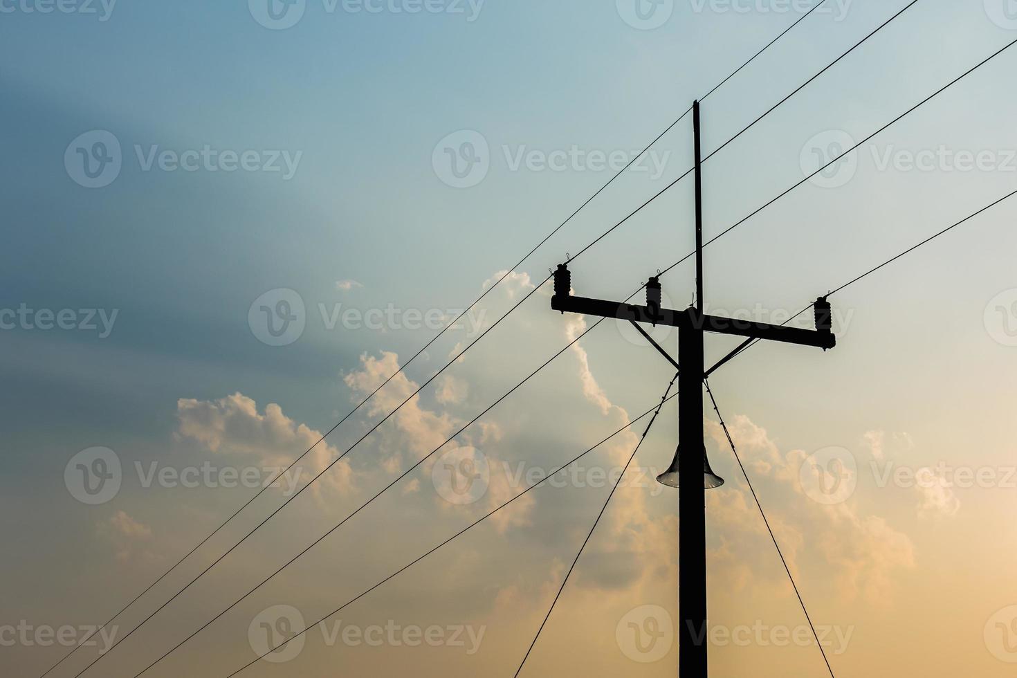 torre de telecomunicações na luz da noite. foto