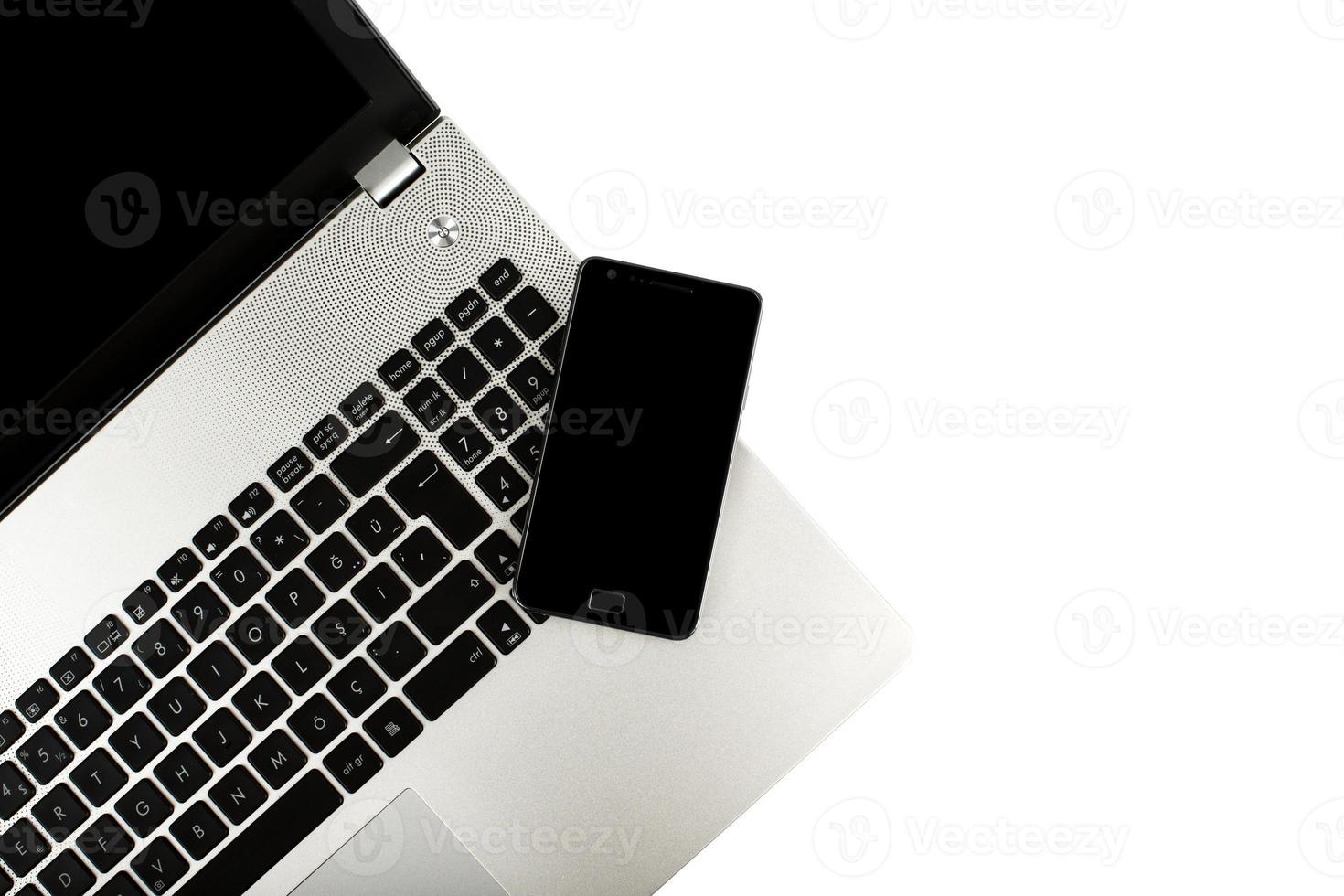 telefone inteligente no laptop foto