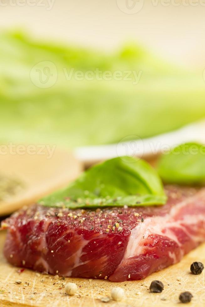 carne de porco crua na tábua com especiarias foto