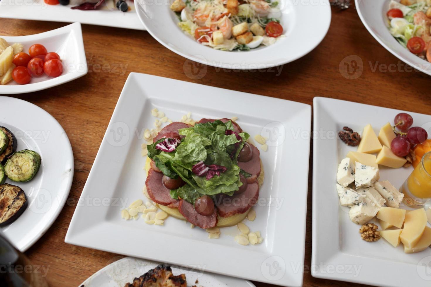 saladas e legumes em conserva foto