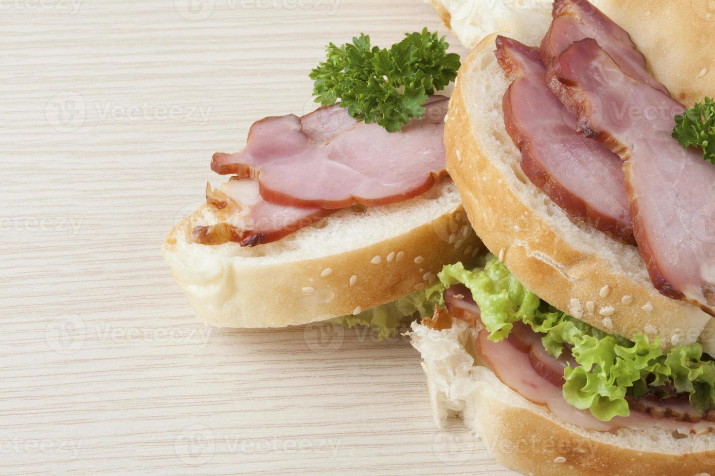 deliciosamente procurando presunto e alface sandwitch, closeup foto