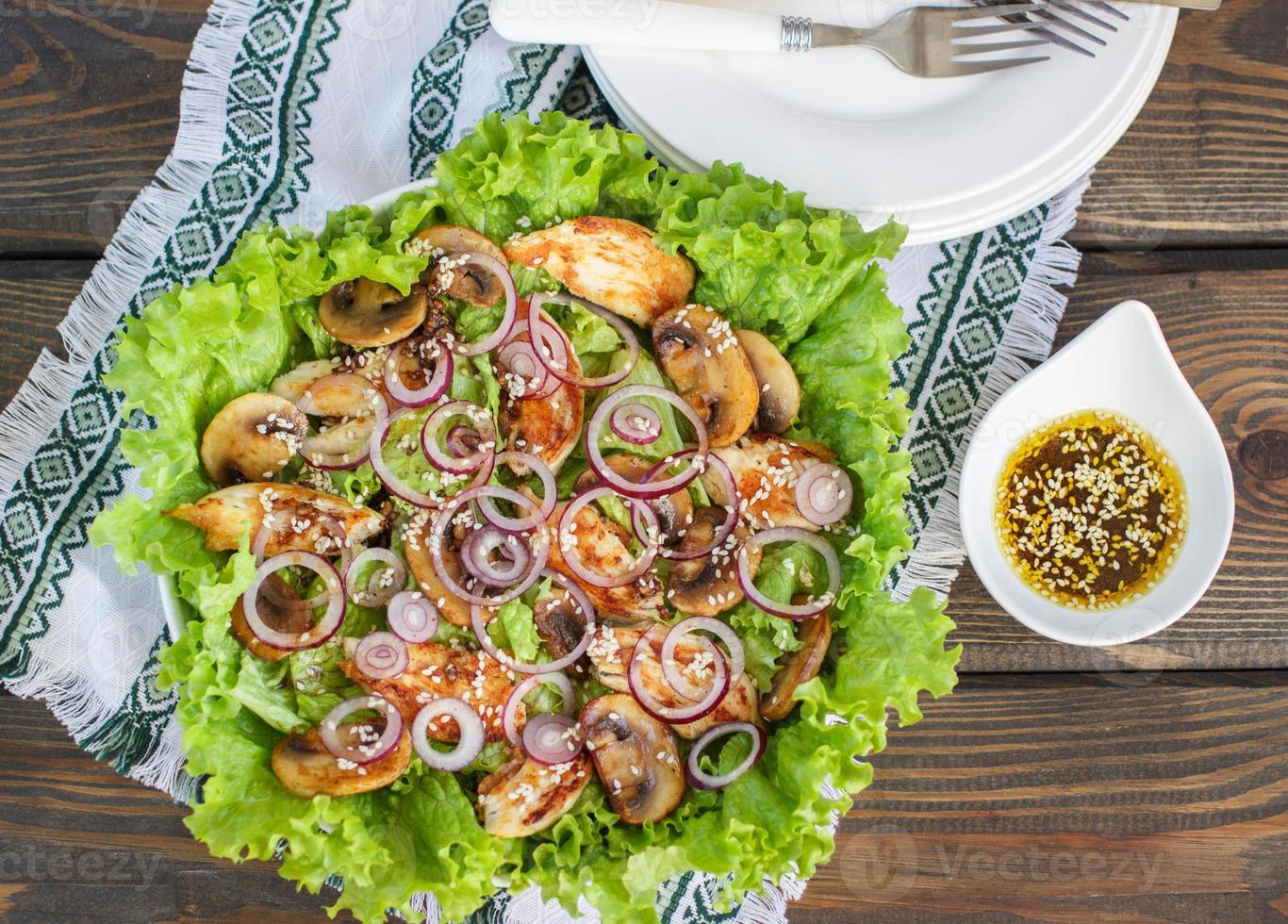 salada de frango com cogumelos, cebola roxa e alface foto