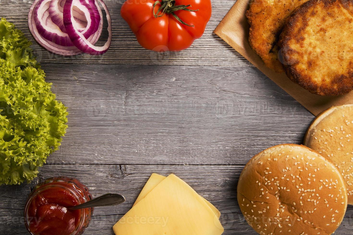 hambúrguer de frango com queijo, alface, tomate e cebola foto