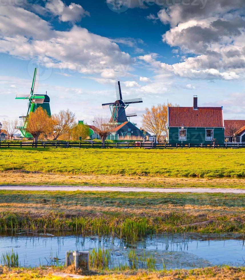 arquitetura holandesa autêntica no canal de água na vila de zaanstad foto