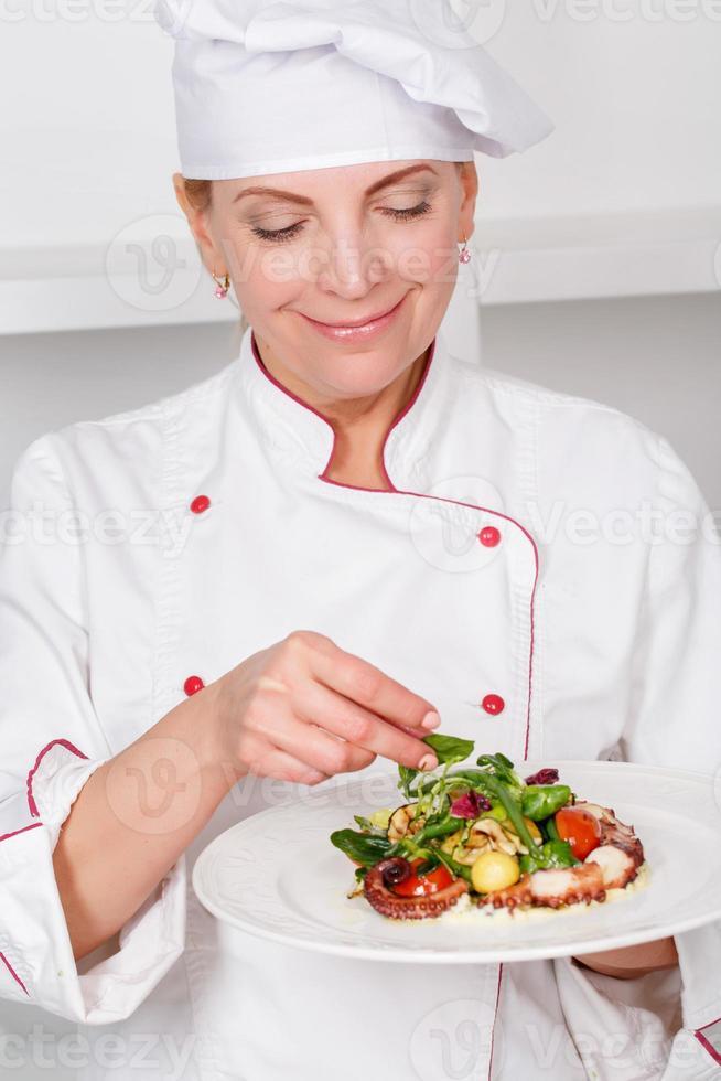 chef-cozinheiro apresentando refeições foto
