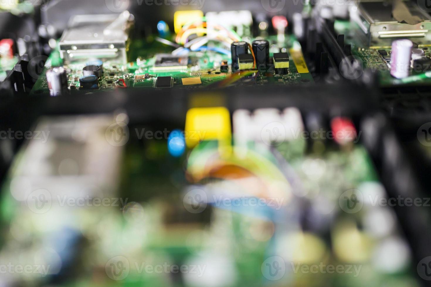 placa de circuito verde com chips, semicondutores e resistores foto