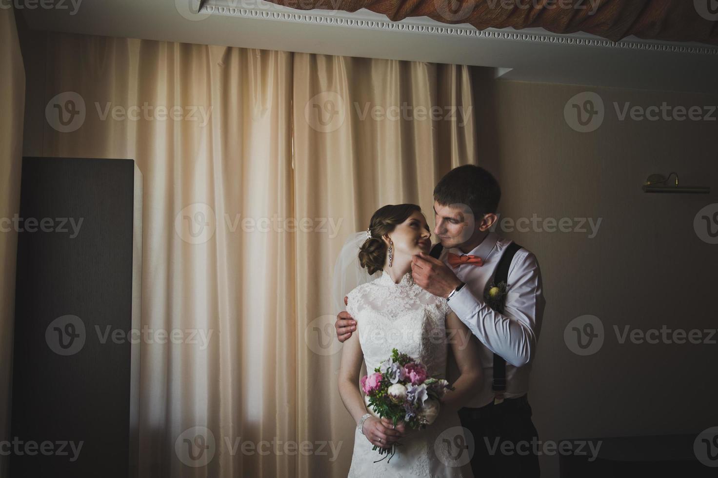 primeiros abraços dos noivos foto