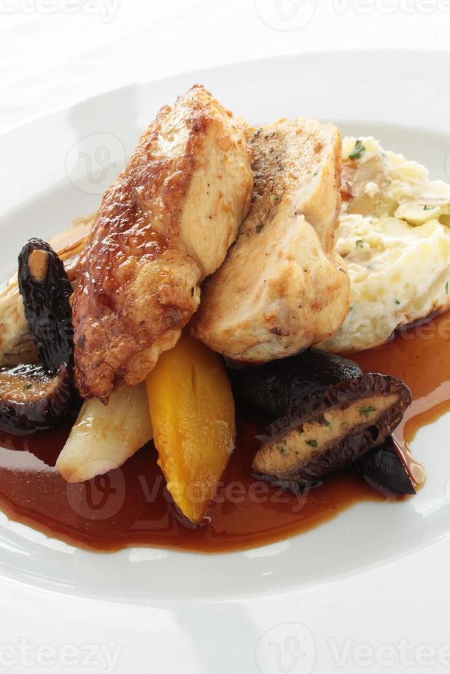 jantar de filé de peito de frango isolado no fundo branco foto