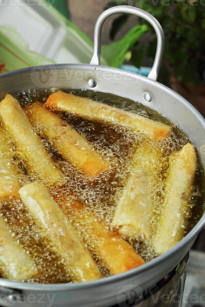 rolinhos primavera, fritos em uma panela. foto