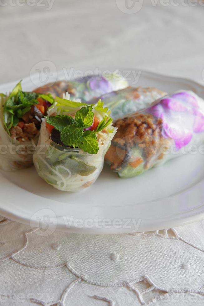 rolos de papel de arroz caseiro com flores comestíveis foto