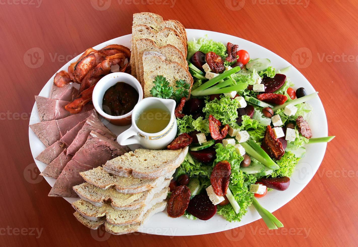carnes frias e salada foto