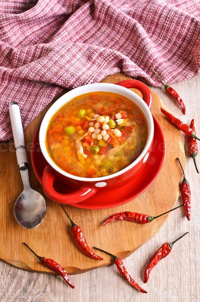 sopa com macarrão pequeno e legumes foto