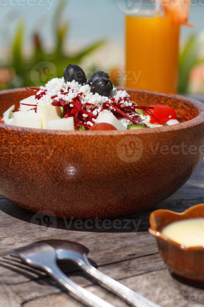 salada grega em uma tigela foto