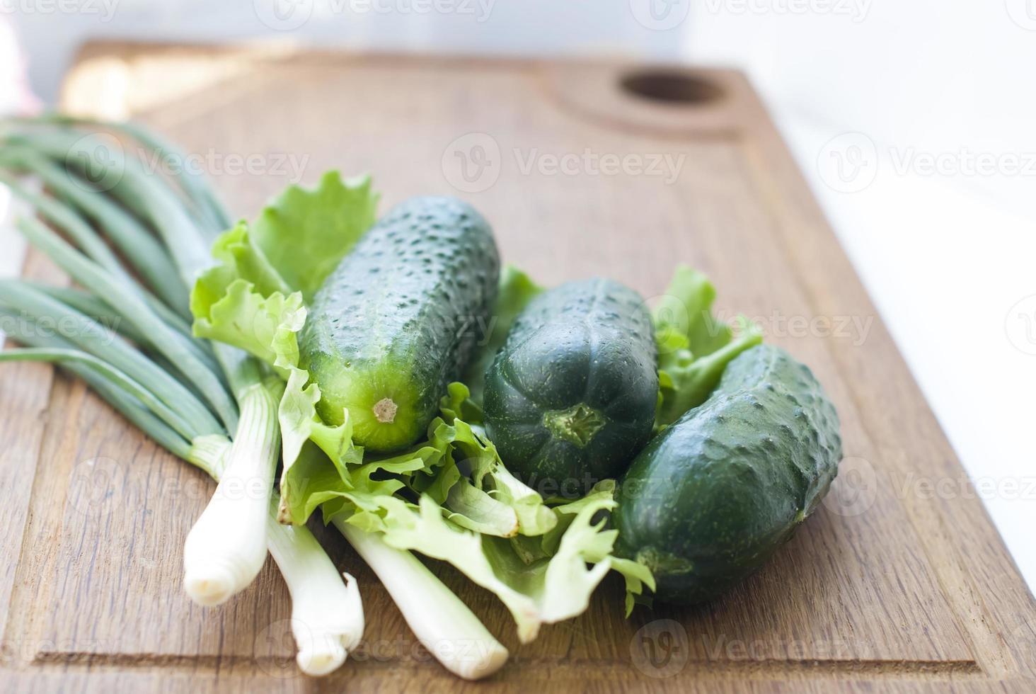 pepinos e cebolinha para salada foto