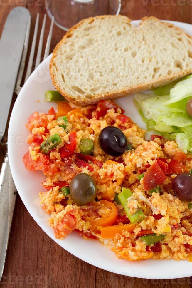ovos fritos com legumes foto