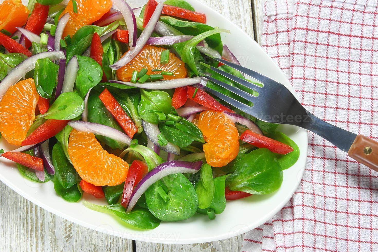 salada de alface, tangerina, pimentão e cebola de cordeiro foto