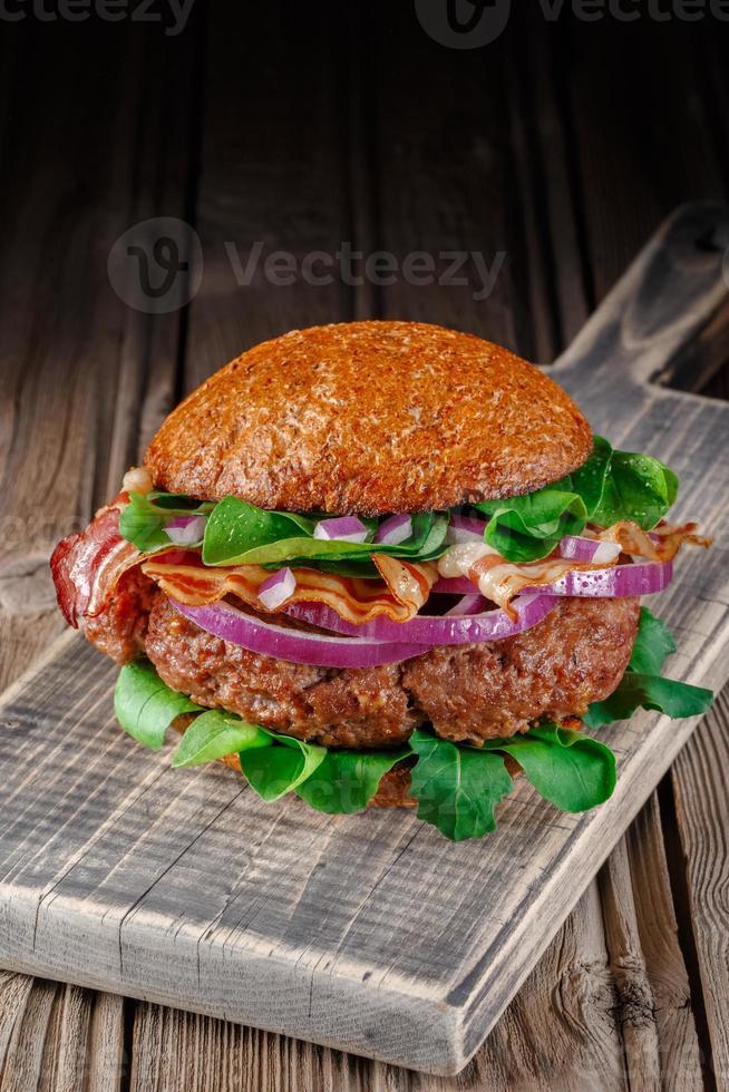 hambúrguer com bacon close-up. foto