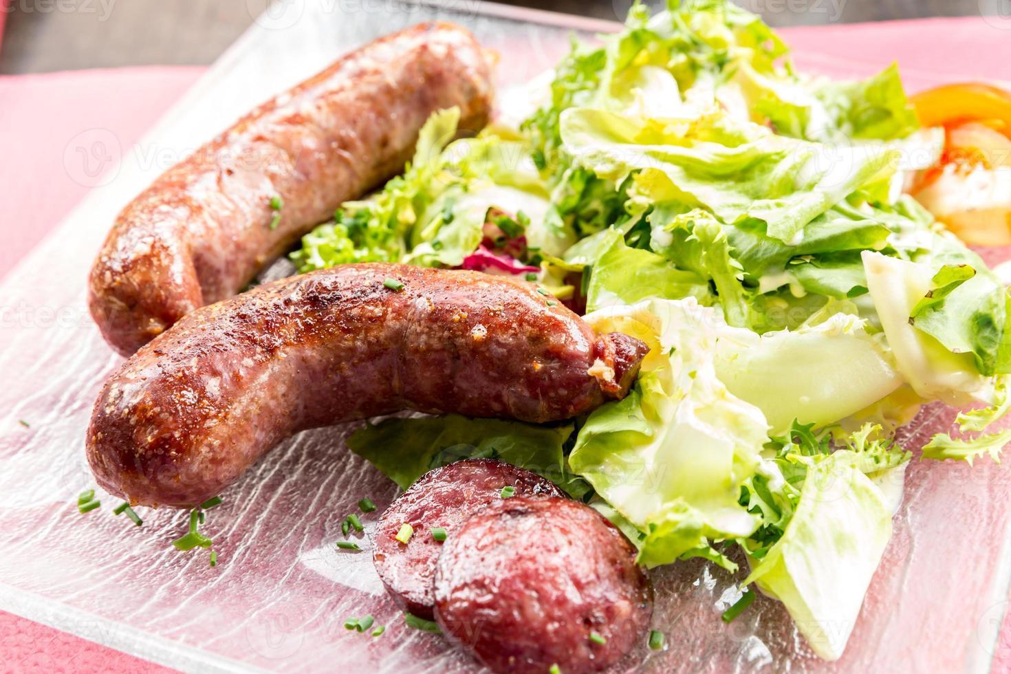 salsichas alemãs grelhadas foto