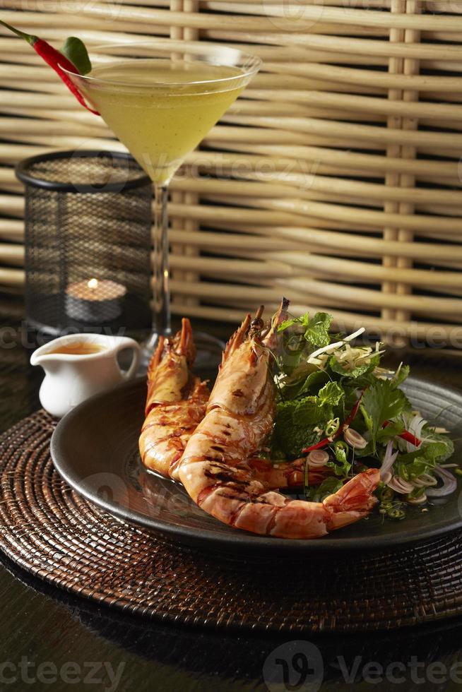 salada de camarão tigre grelha foto