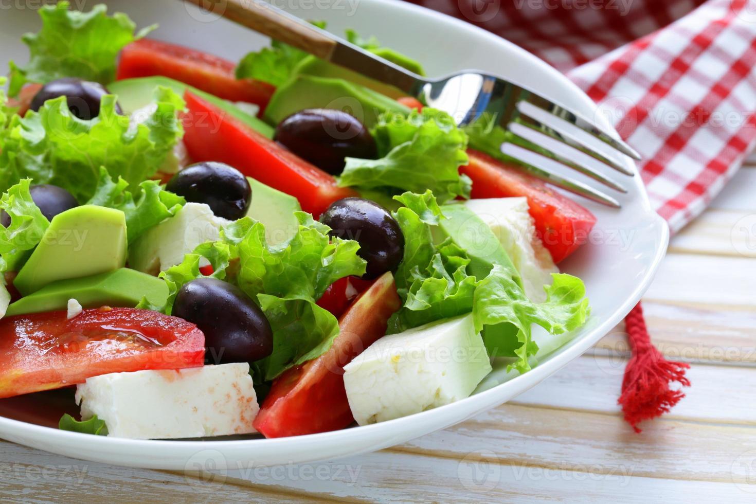 salada mediterrânea com azeitonas pretas, alface, queijo e tomate foto