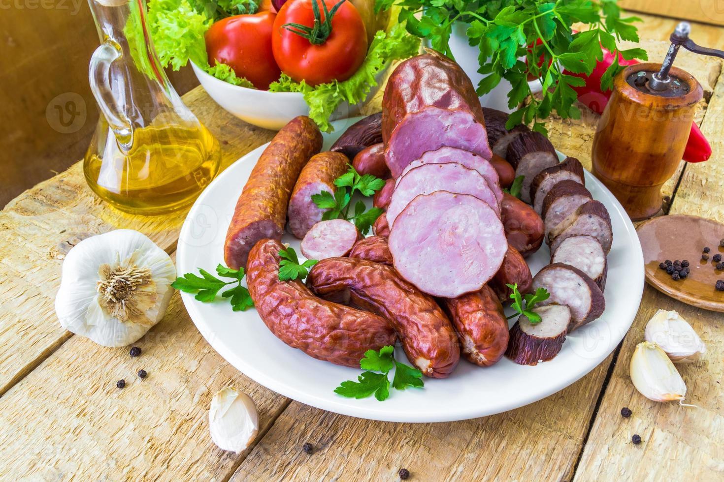 prato vários tipos salsichas rodeado de verduras foto