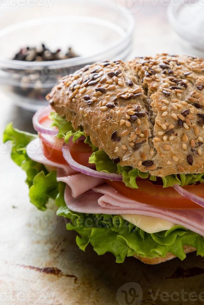 sanduíche de presunto de pão marrom foto