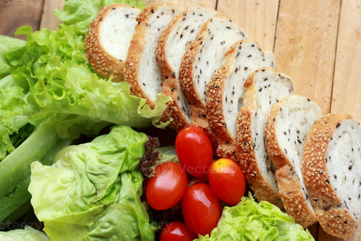 pão polvilhado com gergelim - salada de legumes verde foto