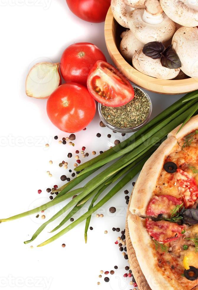 deliciosa pizza, legumes, especiarias e óleo isolado no branco foto