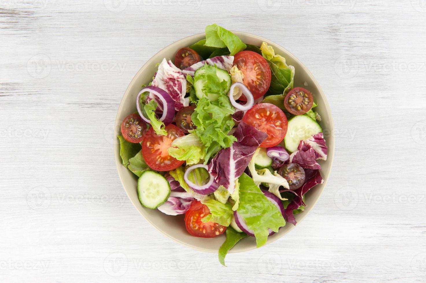 salada de legumes em uma tigela foto
