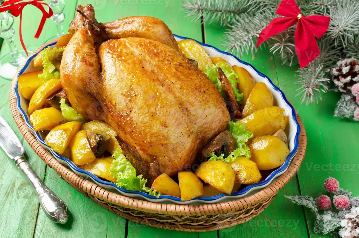 frango assado de Natal com batatas e cogumelos foto