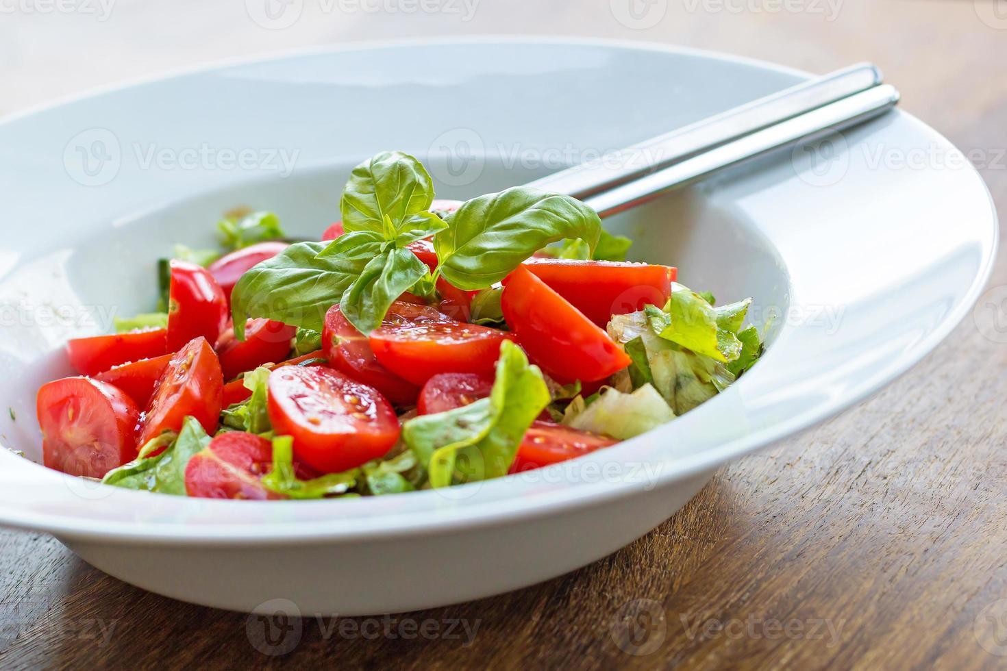salada de tomate fresco com manjericão foto