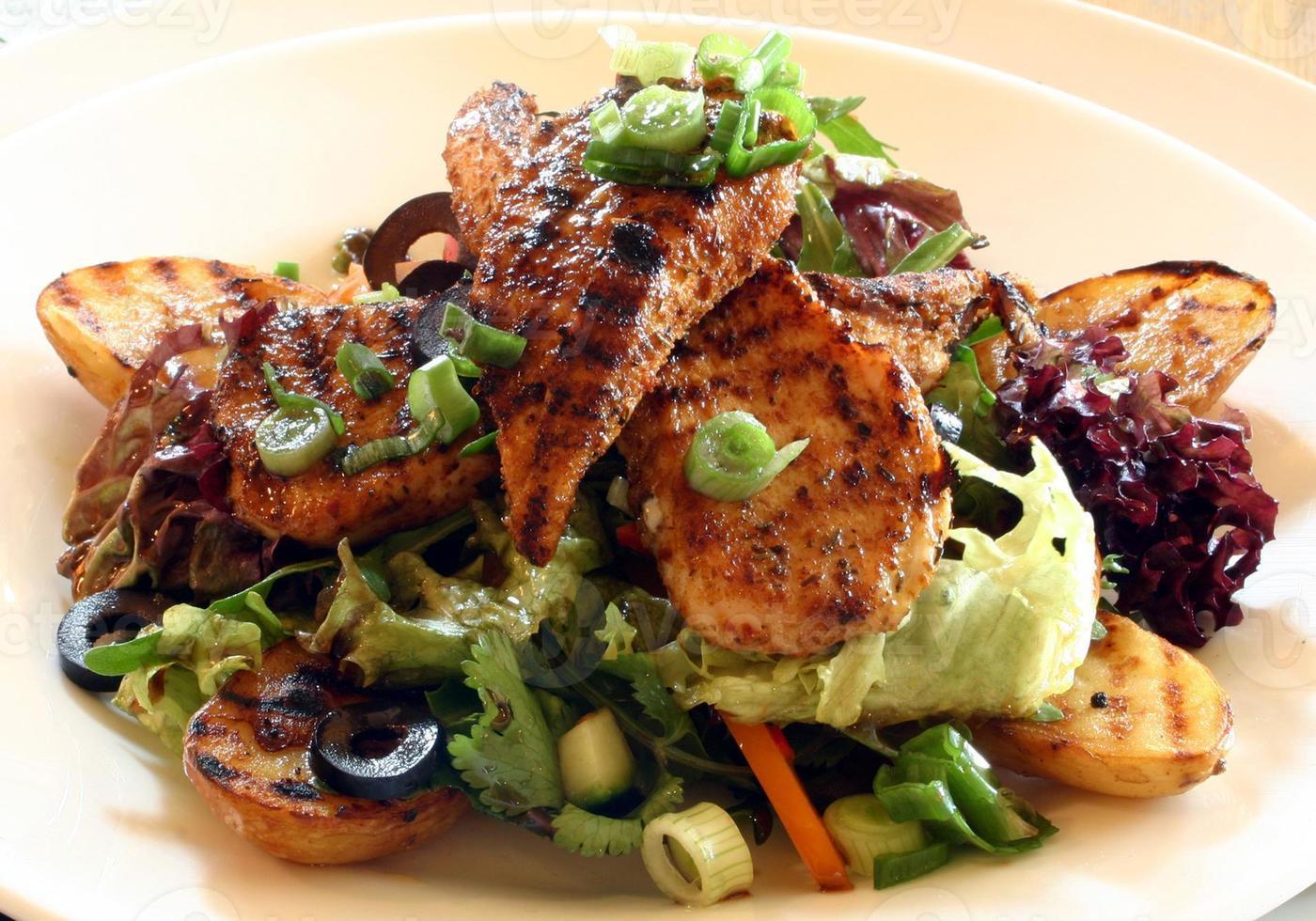 salada de frango grelhado com abóbora, cebolinha e azeitonas foto