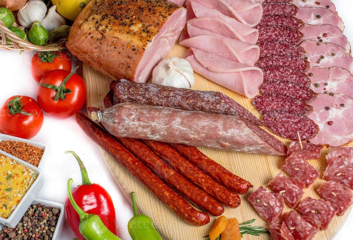 carne defumada em madeira isolado fundo branco foto