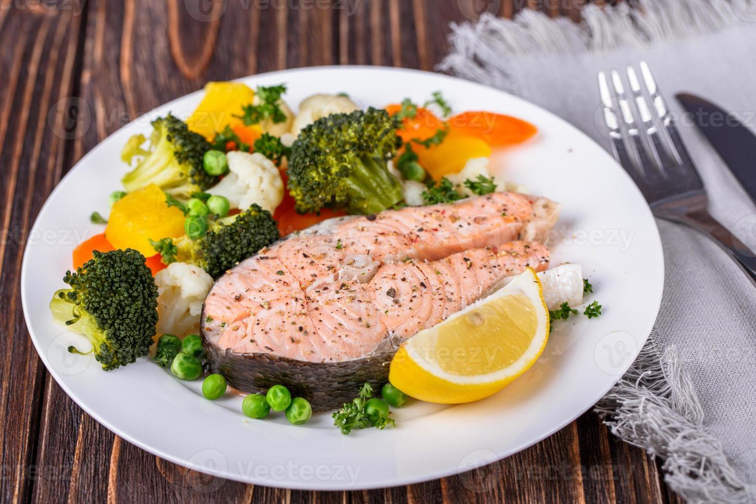 salmão cozido no vapor foto
