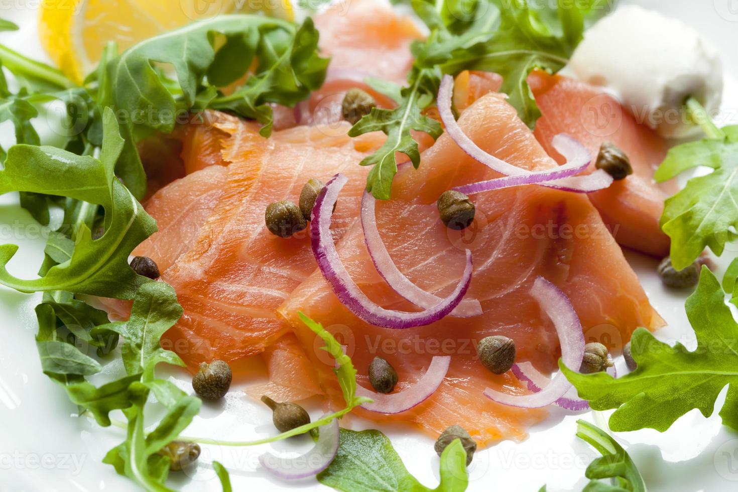 salada de salmão defumado foto