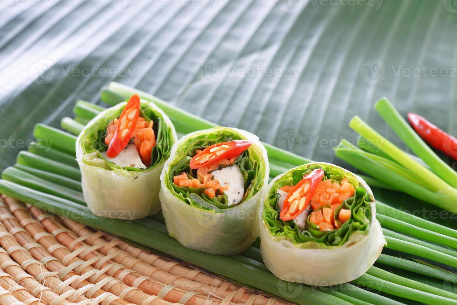 comida tradicional chinesa fresca rolinhos primavera foto