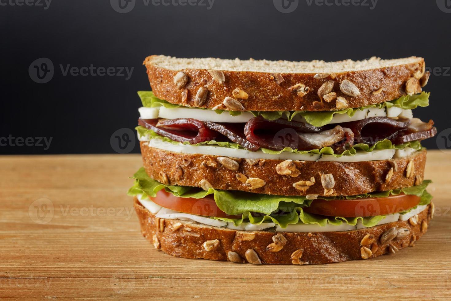 sanduíche no fundo madeira foto